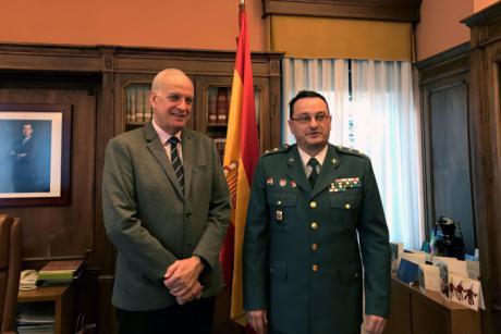 El subdelegado del gobierno en Cuenca, recibe al teniente coronel de la Guardia Civil, Mónico Mora, tras su marcha a un nuevo destino