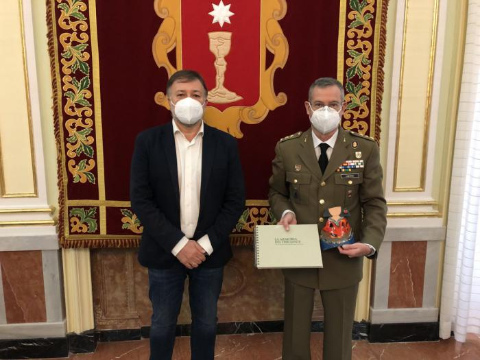 El alcalde agradece al coronel Ángel María Cantera su trabajo al frente de la Subdelegación de Defensa