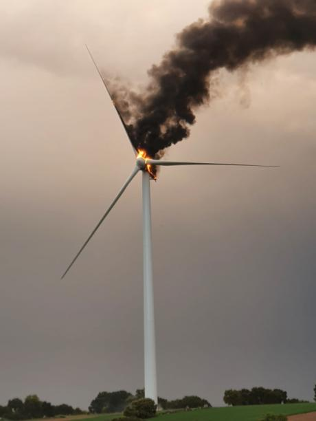 Arde un aerogenerador del parque eólico de Villalba del Rey