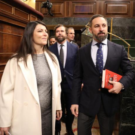 Santiago Abascal porta un libro del conquense Iván Vélez en el debate de investidura
