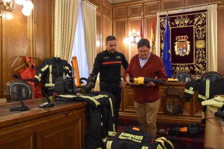 """La Diputación invierte 205.000 euros y pone al servicio de bomberos """"a la vanguardia"""" a nivel nacional en equipamiento"""