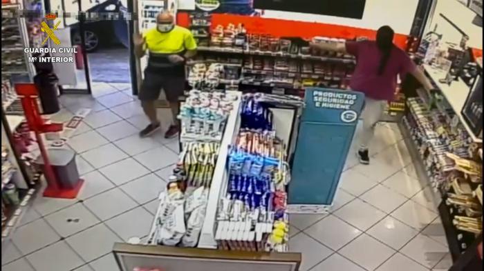 Detenido a un hombre por robar con violencia con un arma de fuego en una gasolinera