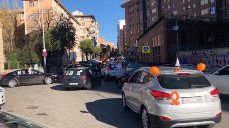 Una caravana de coches recorre las calles de Cuenca para expresar su rechazo a Ley Celaá