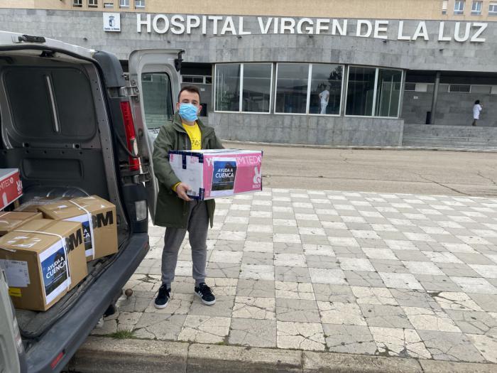 El crowfounding vecinal entrega este jueves al hospital 122 buzos y más de 3.000 mascarillas