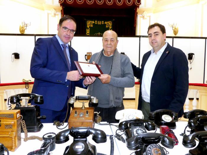 Prieto entrega una placa de agradecimiento a Francisco Page por la donación a Diputación de su colección de teléfonos antiguos
