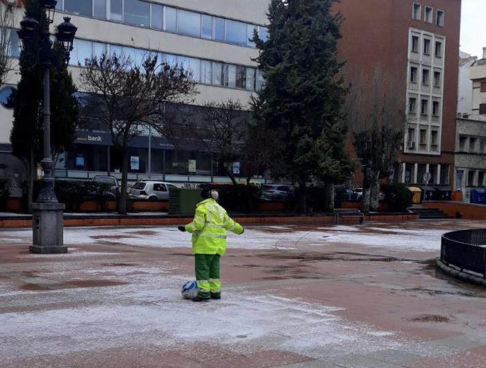 Intenso trabajo de los operarios municipales para que la capital y pedanías se levanten sin placas hielo en las calles