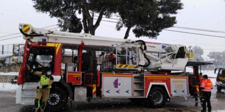 Los bomberos de la Diputación rescatan una ambulancia y a un viajero diabético