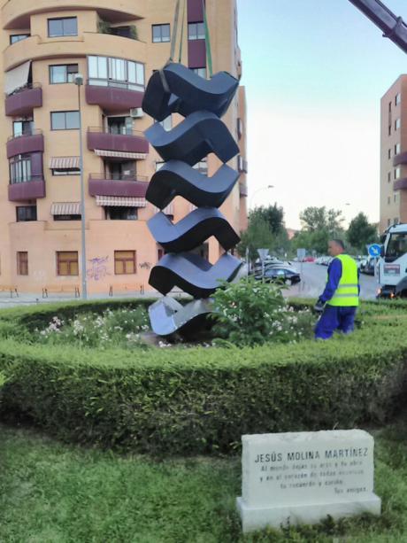 Finalizan los trabajos de colocación de la obra de Jesús Molina en la calle Antonio Maura