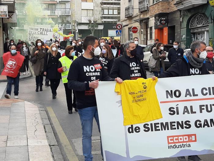 Cerca de 300 personas se manifiestan en la capital para mostrar su rechazo al cierre de la factoría de Siemens Gamesa