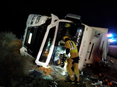 Fallece un camionero en Minglanilla tras una salida de vía y posterior vuelco del camión que conducía