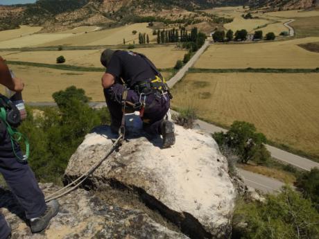 La Diputación detona los macizos montañosos situados en la carretera de Cuevas de Velasco ante el riesgo de derrumbe
