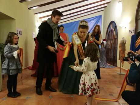 """El viaje por la historia de los vestidos de las reinas de El Pedernoso ha sido recorrido por cientos de personas en la exposición """"Fui Reina"""""""