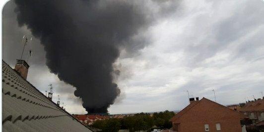 El incendio en las naves de Seseña disminuye su carga de fuego