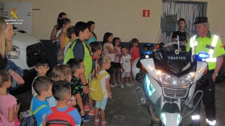 La Guardia Civil recibe la visita de los alumnos de la Escuela Municipal de Verano de la Capital conquense