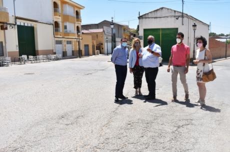 Junta y Ayuntamiento de San Lorenzo de la Parrilla firman el convenio para la cesión de la travesía de la CM-2117a