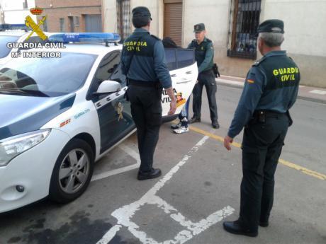 La Guardia Civil ha detenido a un hombre de 18 años como presunto autor tras incendiar varios vehículos, pastos y contenedores en la localidad de Argamasilla de Calatrava