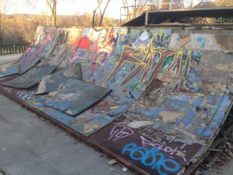 Solicitan al Ayuntamiento el arreglo de la pista de 'skate' del parque de Europa