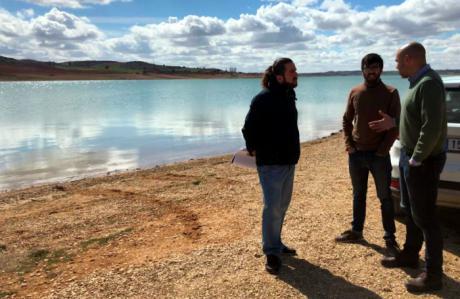 Valverde de Júcar pide a la Confederación Hidrográfica del Júcar una actuación para mantener una lámina constante de agua en el pantano de Alarcón