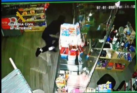 La Guardia Civil investiga a una persona por varios robos de cajas de caudales en naves industriales y comercios