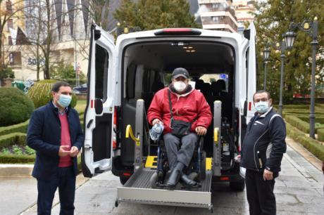 La Diputación colabora con 4.000 euros para que ASPAYM pueda mejorar sus servicios con una nueva furgoneta adaptada