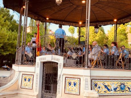 La Banda de Música interpreta un concierto de música militar por el Día de las Fuerzas Armadas