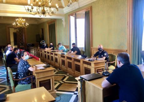 El Ayuntamiento pide la colaboración de los empresarios de ocio nocturno para velar por el cumplimiento de los horarios y la prohibición de beber en la calle