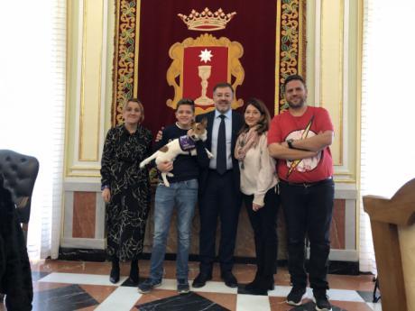 Dolz muestra el apoyo del Ayuntamiento a la Fundación CANEM, especializada en el adiestramiento de perros de alerta médica