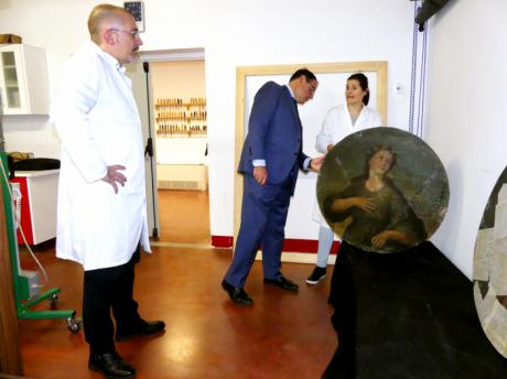 Diputación acometerá la restauración de cuatro lienzos circulares del siglo XVIII de la iglesia de Iniesta
