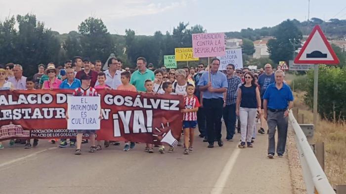 Prieto participa en la marcha reivindicativa que pide a la Diputación que no anule la inversión en el Palacio de los Gosálvez