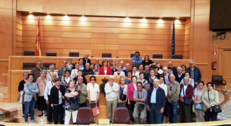 Montserrat Martínez enseña el Senado a vecinos de Huete y de Vega del Codorno