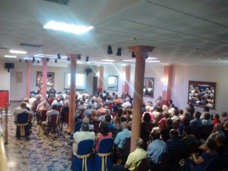 Alrededor de unas 100 personas en la charla informativa sobre la macrogranja de Campillo de Altobuey