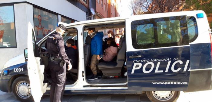La Policía Nacional visita en Navidad a los niños de APACU