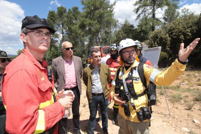 Francisco Tierraseca visita a la UME durante los ejercicios para la campaña contra incendios
