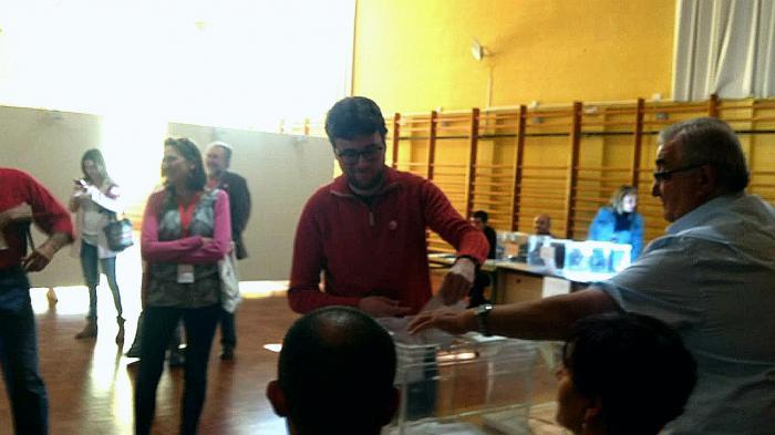 El candidato de Izquierda Unida-PCas, Pablo García Rubio ejerce se u derecho a voto