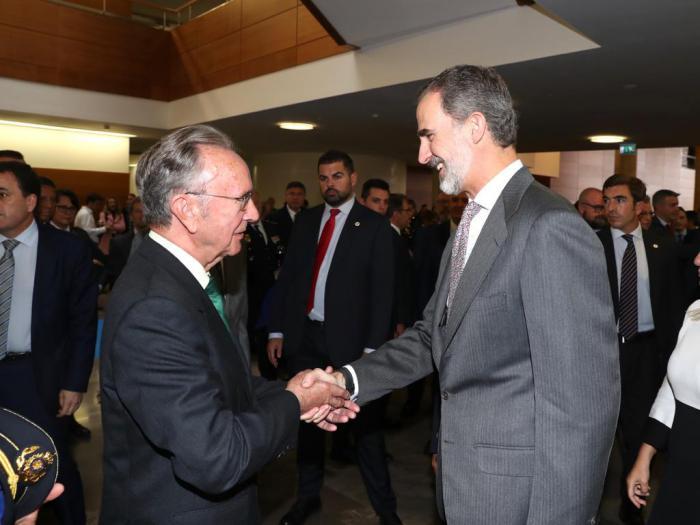 El presidente de Globalcaja, Carlos de la Sierra, con S M. el Rey Felipe VI, en el Congreso Internacional de Igualdad de Genero en el ámbito de la seguridad