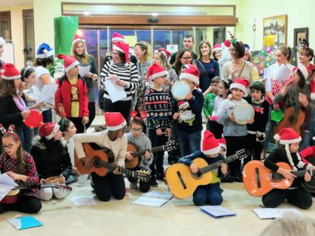 """Familias del AMPA """"Natividad"""" de Arcas comienzan la Navidad alegrando a los mayores de la residencia de ancianos """" El Parador"""" con villancicos, murales y tarjetas navideñas"""