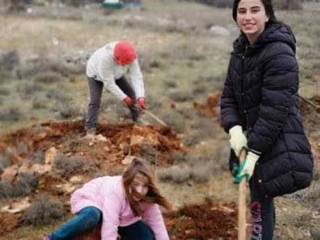 """Almendros planta 750 arboles el día de la lotería """"porque en la vida, además de suerte, hay que tener salud"""""""