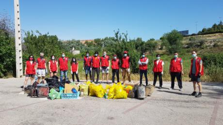 Cruz Roja se moviliza contra la basuraleza y limpia la zona baja de la Fuente del Oro