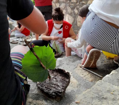 La tradicional suelta de barcos en el Júcar contó con barcos biodegradables