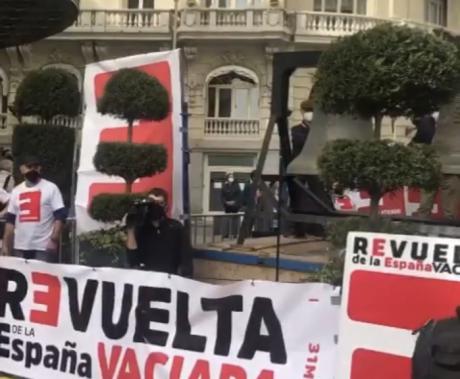 La España Vaciada renueva su protesta con una campanada ante el Congreso