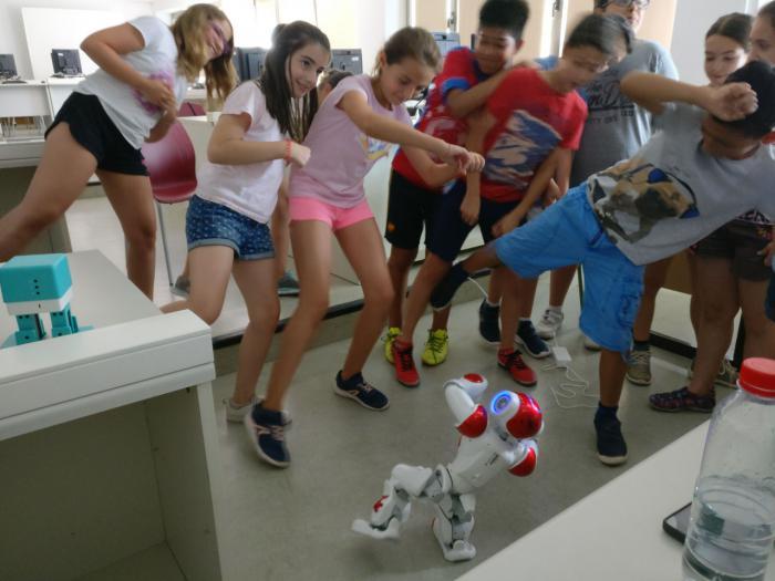 Estudiantes del Grado de Ingeniería Informática enseñan programación y robótica a niños de las escuelas de verano de la UCLM