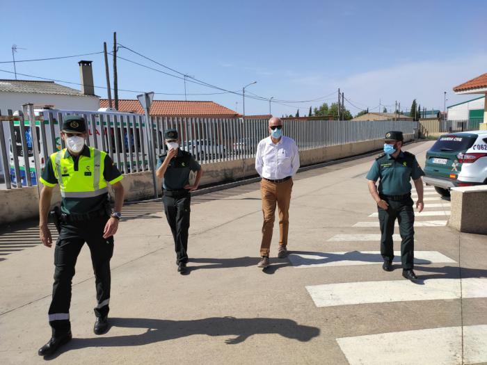 Juan Rodríguez reconoce el trabajo realizado por la Guardia Civil de Las Pedroñeras durante el estado de alarma y la campaña del ajo