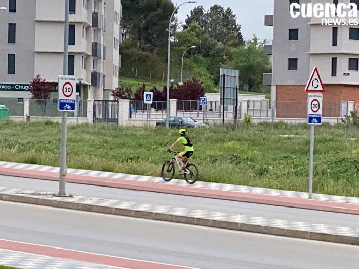 Ciclista en la Ronda Oeste de Cuenca