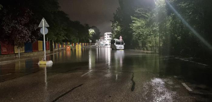 La lluvia descarga con fuerza en Cuenca y deja inundaciones, calles cortadas y provoca el derrumbe de parte del techo de El Sargal