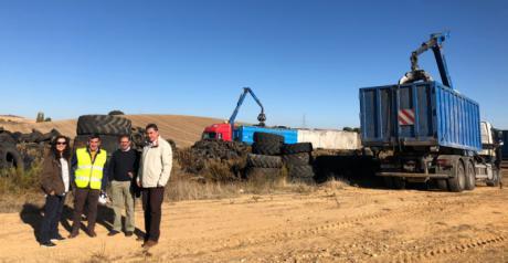 Se comienza a retirar el acopio de neumáticos de Cervera del Llano