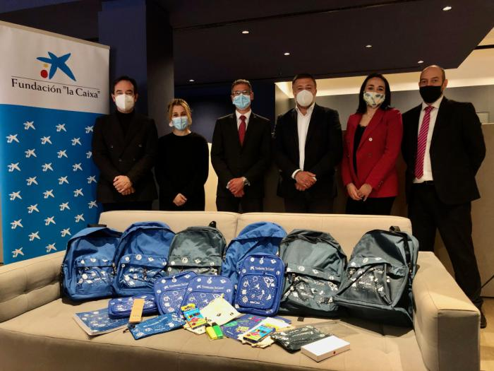 El Ayuntamiento recibe de la Fundación 'la Caixa' 175 kits escolares para alumnos vulnerables