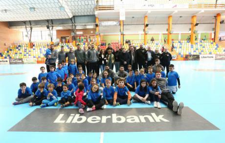 Cerca de cincuenta niños y niñas han disfrutado de una jornada deportiva con los jugadores del Ciudad Encantada