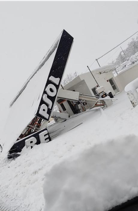 El peso de la nieve derrumba la marquesina de una gasolinera en Priego