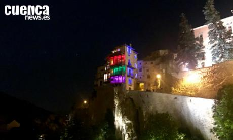 El Ayuntamiento conmemora el Día del Orgullo LGTBI con la lectura de un manifiesto y con las Casas Colgadas iluminadas con el arco iris