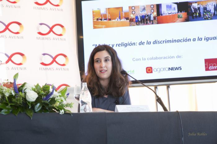 La escritora alcarreña  María Lara,  elegida como experta en Cristianismo  para la tribuna de debate sobre la religión en el mundo hoy, organizada por la Embajada de Francia y Mujeres Avenir